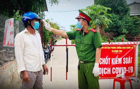 Bình Định: Tạm đình chỉ bí thư và chủ tịch phường vì để dịch lây lan ảnh 1