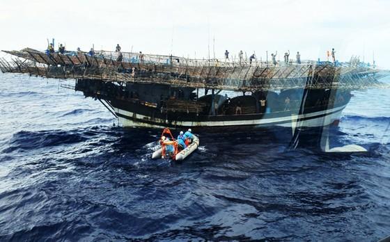 Tàu SAR 412 kịp thời ứng cứu ngư dân đột quỵ trên biển ảnh 2