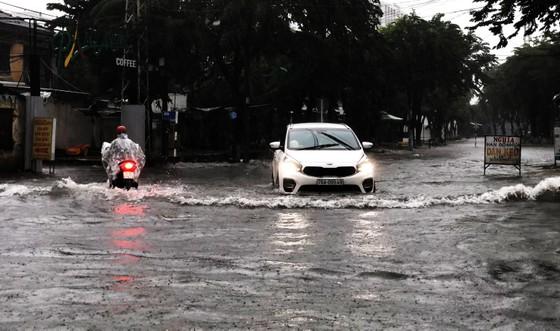 Mưa lớn khiến TP Quảng Ngãi bị ngập sâu ảnh 6