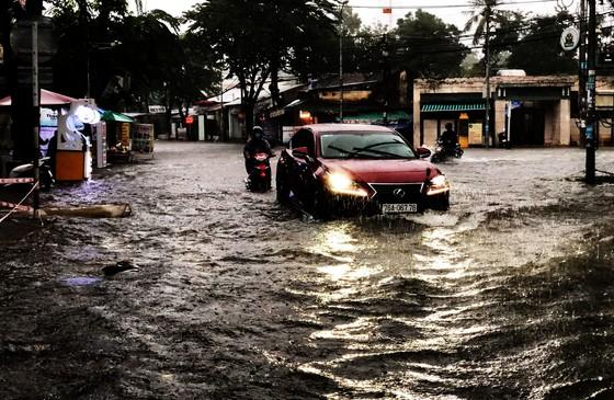 Mưa lớn khiến TP Quảng Ngãi bị ngập sâu ảnh 5