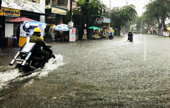 Mưa lớn khiến TP Quảng Ngãi bị ngập sâu ảnh 9