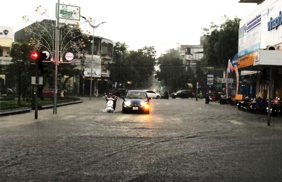 Mưa lớn khiến TP Quảng Ngãi bị ngập sâu ảnh 2