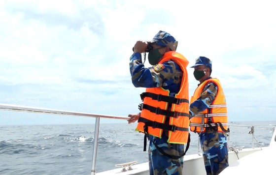 Mở rộng phạm vi tìm kiếm 2 ngư dân Bình Định mất tích trên biển ảnh 3