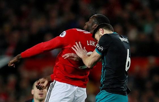 Lukaku chấn thương, Mourinho mất ngôi nhì ảnh 1