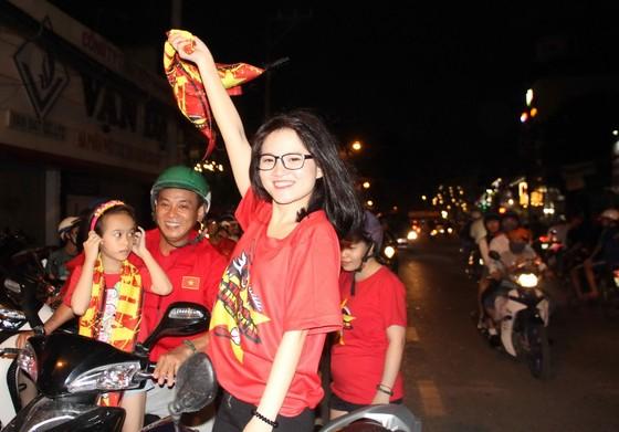 U23 Việt Nam thắng, TPHCM rợp cờ hoa ảnh 1