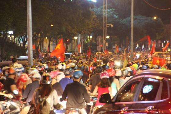 U23 Việt Nam thắng, TPHCM rợp cờ hoa ảnh 4