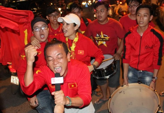 U23 Việt Nam thắng, TPHCM rợp cờ hoa ảnh 7