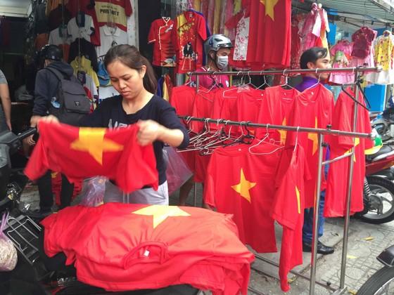 Gần 5.000 áo cờ Việt Nam được bán ra mỗi ngày ảnh 8
