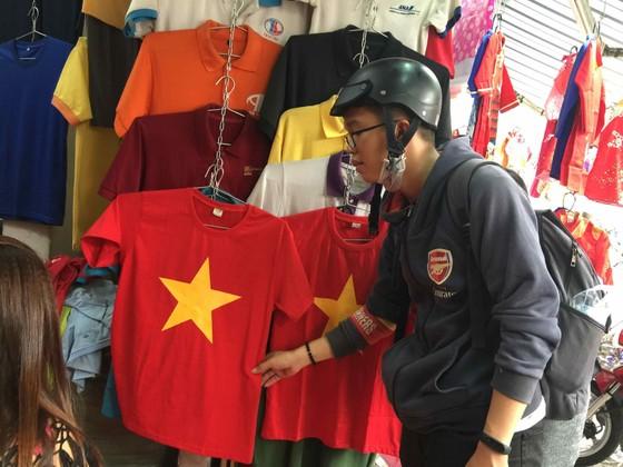 Gần 5.000 áo cờ Việt Nam được bán ra mỗi ngày ảnh 9