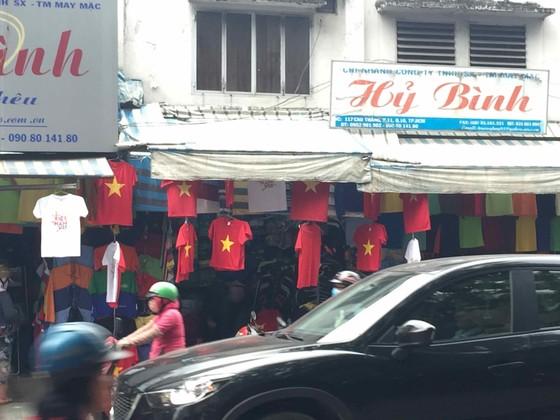 Gần 5.000 áo cờ Việt Nam được bán ra mỗi ngày ảnh 7