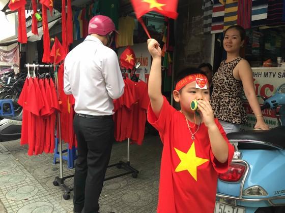Gần 5.000 áo cờ Việt Nam được bán ra mỗi ngày ảnh 5