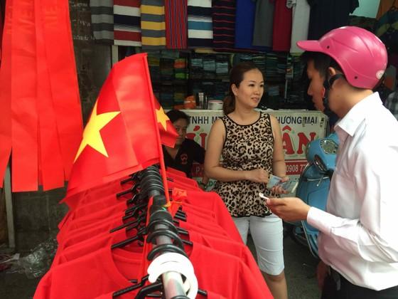 Gần 5.000 áo cờ Việt Nam được bán ra mỗi ngày ảnh 4