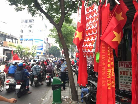 Gần 5.000 áo cờ Việt Nam được bán ra mỗi ngày ảnh 3