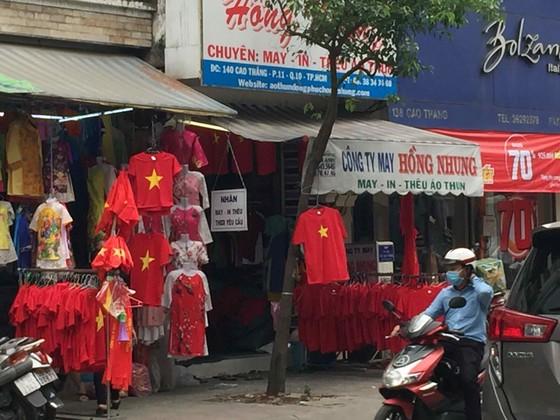 Gần 5.000 áo cờ Việt Nam được bán ra mỗi ngày ảnh 6