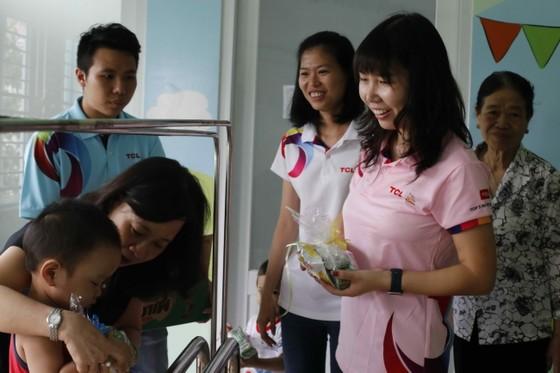 TCL mang tết đến sớm cho trẻ em mồ côi và khuyết tật TPHCM ảnh 2
