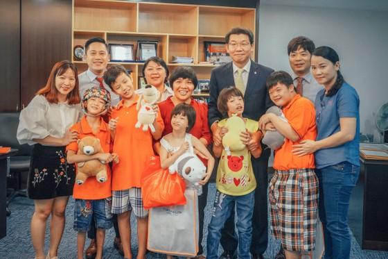 Các em ở trung tâm thăm Công ty Hanwha Life Việt Nam