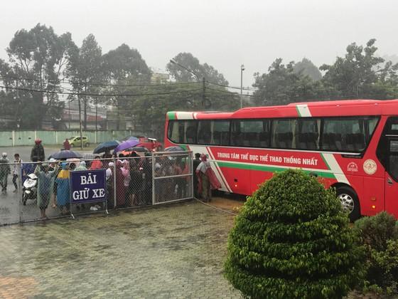 Người hâm mộ Bình Dương đội mưa đón xem thầy trò HLV Park Hang-seo tập ảnh 6