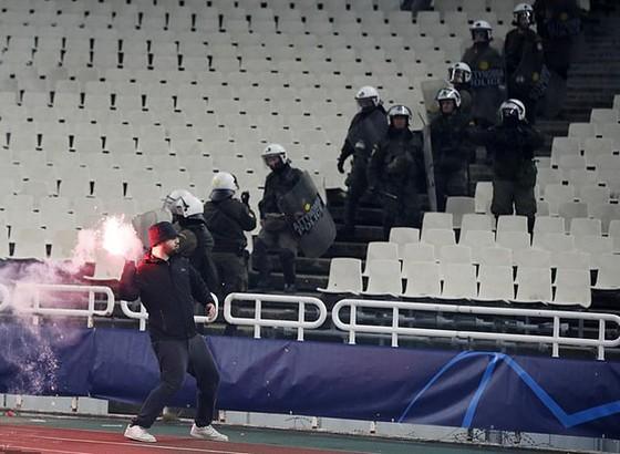 AEK Athens - Ajax 0-2: Dusan Tadic ghi bàn, CĐV Hà Lan bị ném bom xăng ảnh 6
