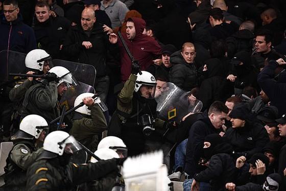 AEK Athens - Ajax 0-2: Dusan Tadic ghi bàn, CĐV Hà Lan bị ném bom xăng ảnh 7