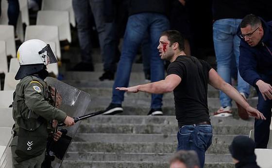AEK Athens - Ajax 0-2: Dusan Tadic ghi bàn, CĐV Hà Lan bị ném bom xăng ảnh 9