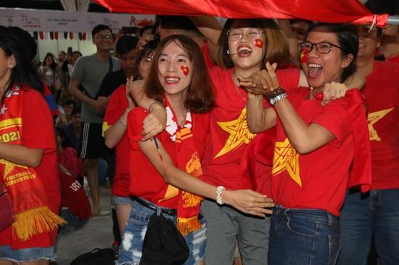 Người hâm mộ TPHCM xuống phố mừng chiến thắng  ảnh 3