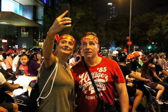 Người hâm mộ TPHCM xuống phố mừng chiến thắng  ảnh 9