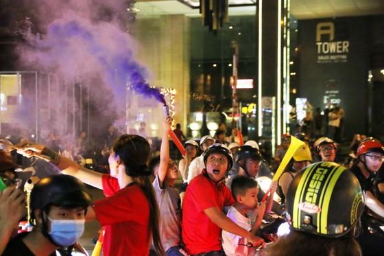Người hâm mộ TPHCM xuống phố mừng chiến thắng  ảnh 5