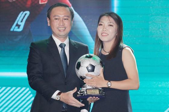 Trực tiếp Gala Trao giải QBV Việt Nam 2018: Tuyết Dung đoạt Quả bóng vàng nữ ảnh 14