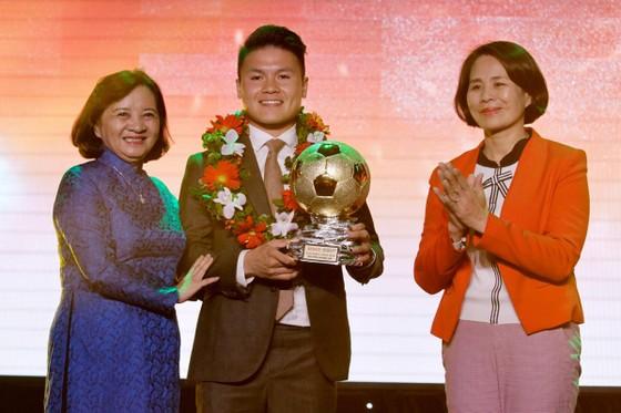 Trực tiếp Gala Trao giải QBV Việt Nam 2018: Tuyết Dung đoạt Quả bóng vàng nữ ảnh 4
