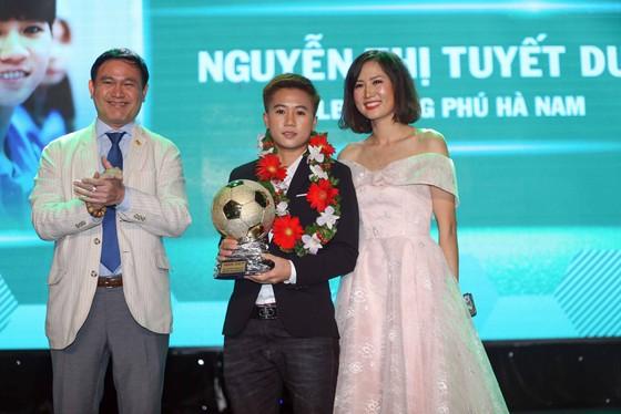 Trực tiếp Gala Trao giải QBV Việt Nam 2018: Tuyết Dung đoạt Quả bóng vàng nữ ảnh 11