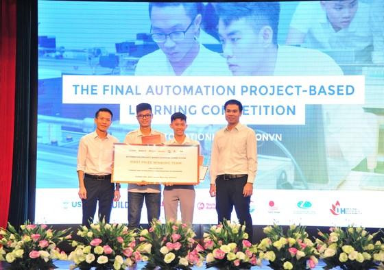 Ông Lê Văn Hải - Giám đốc Rockwell Automation Vietnam trao giải quán quân cho 2 sinh viên đến từ trường Đại học Công Nghiệp TPHCM