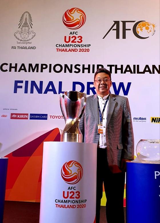 Ông Chalermsak Pimolsri, Phó Tổng giám đốc Marketing của Công ty 4 Oranges, dự lễ bốc thăm chia bảng giải đấu