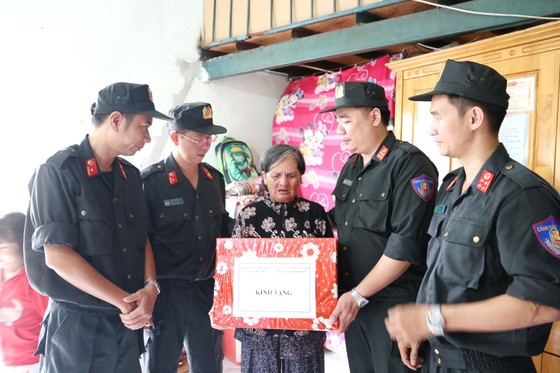 Thăm hỏi, tặng quà cho Mẹ Việt Nam anh hùng và gia đình chính sách có hoàn cảnh khó khăn trên địa bàn Quận 9