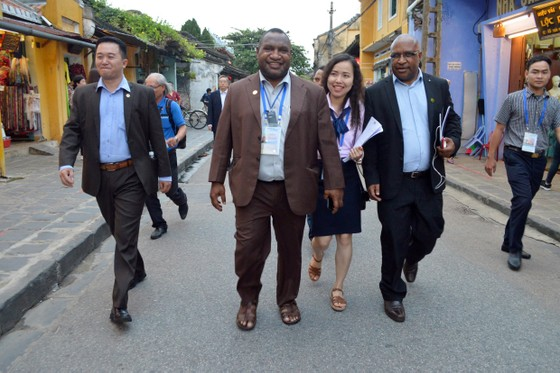 Các Bộ trưởng APEC tham quan phố cổ Hội An ảnh 5