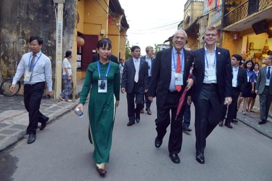 Các Bộ trưởng APEC tham quan phố cổ Hội An ảnh 6