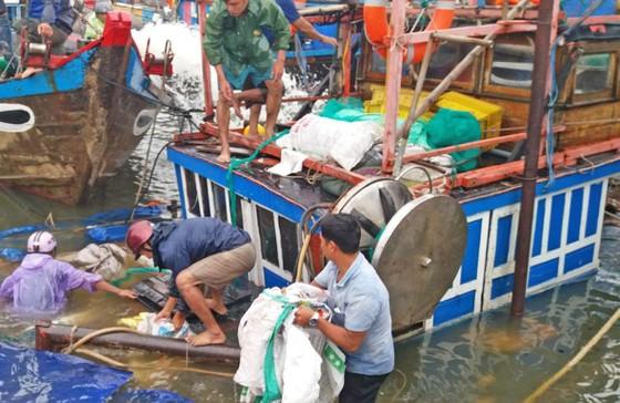 Trục vớt hai tàu cá bị sóng đánh chìm ảnh 1