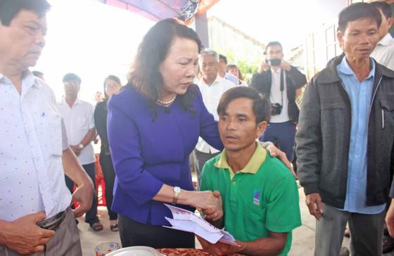 Thứ trưởng Bộ GD-ĐT Nguyễn Thị Nghĩa thăm hỏi gia đình học sinh chết đuối thương tâm ảnh 2