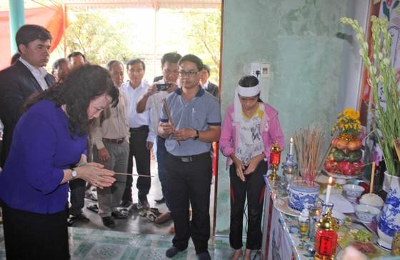 Thứ trưởng Bộ GD-ĐT Nguyễn Thị Nghĩa thăm hỏi gia đình học sinh chết đuối thương tâm ảnh 3