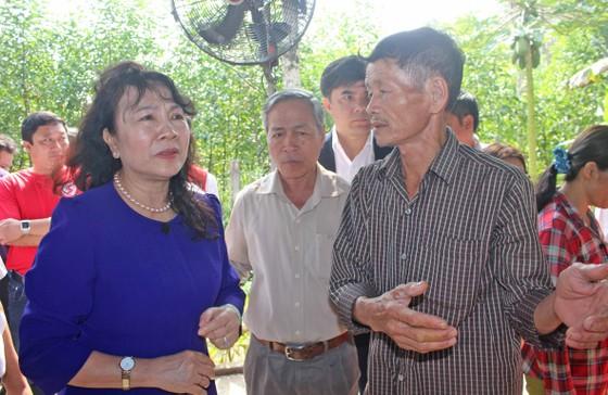 Thứ trưởng Bộ GD-ĐT Nguyễn Thị Nghĩa thăm hỏi gia đình học sinh chết đuối thương tâm ảnh 1