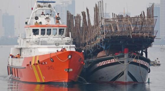 Vượt sóng trong đêm cứu 52 thuyền viên tàu cá gặp nạn ở Hoàng Sa ảnh 1