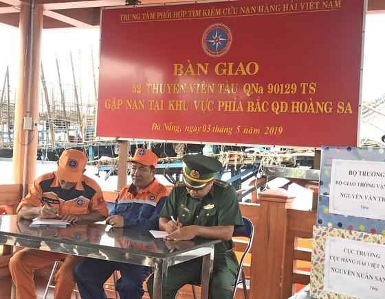 Vượt sóng trong đêm cứu 52 thuyền viên tàu cá gặp nạn ở Hoàng Sa ảnh 2