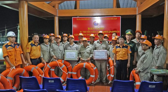 Xuyên đêm cứu 16 ngư dân trên 2 tàu cá gặp nạn tại vùng biển Hoàng Sa ảnh 2