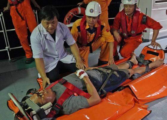 Vượt biển cứu thuyền viên người nước ngoài bị tai nạn trong đêm ảnh 1