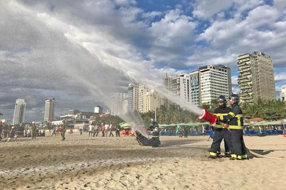 Hàng trăm người tham gia diễn tập ứng phó sự cố tràn dầu trên biển ảnh 1