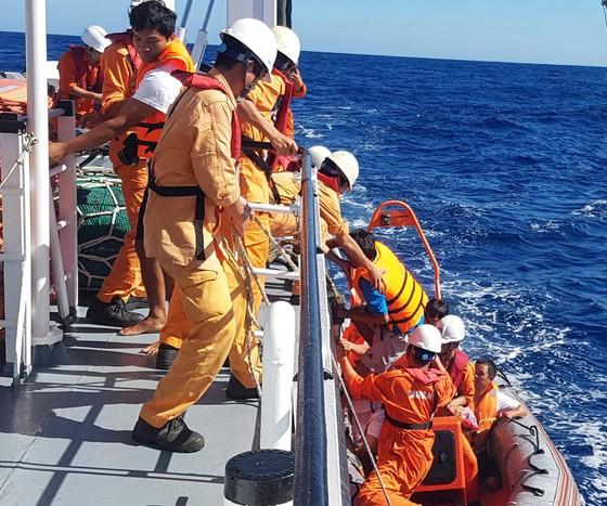 Cứu 6 thuyền viên bị chìm tàu trên vùng biển quần đảo Hoàng Sa ảnh 1