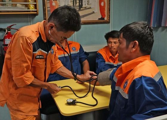 Cứu 6 thuyền viên bị chìm tàu trên vùng biển quần đảo Hoàng Sa ảnh 2