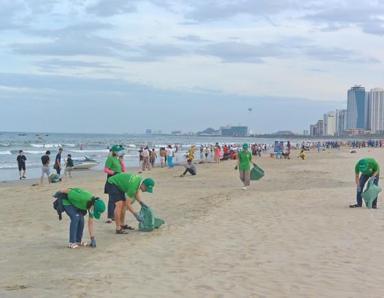 Chung tay bảo vệ môi trường du lịch, thu dọn rác biển ảnh 2