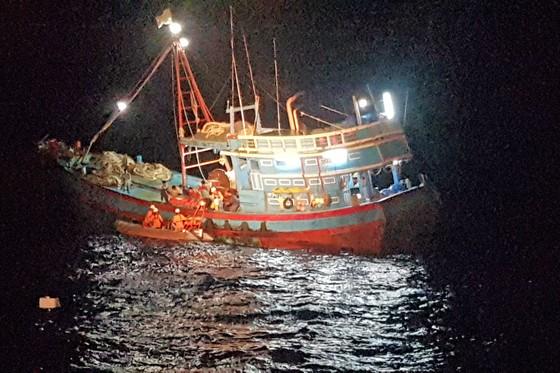 Trong đêm cứu ngư dân bị đứt lìa bàn chân ảnh 1