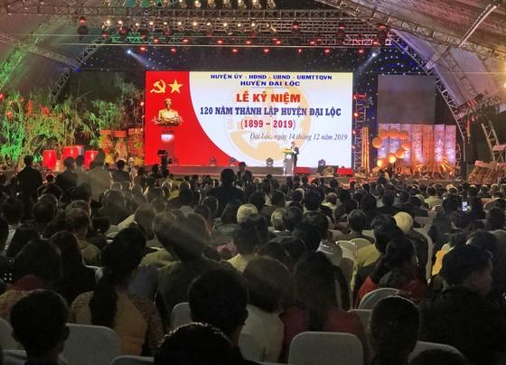 Thủ tướng Chính phủ Nguyễn Xuân Phúc tặng bình gốm sứ cho huyện Đại Lộc tỉnh Quảng Nam ảnh 2