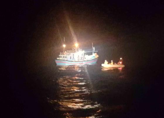 Ứng cứu thuyền trưởng bị bệnh khi đang hành nghề trên vùng biển Hoàng Sa  ảnh 1